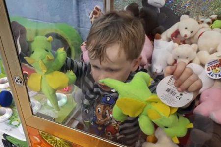 Un pequeño se queda atorado dentro de máquina al intentar sacar un peluche (VIDEO)