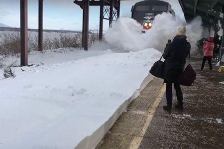 Pasajeros de Nueva York reciben disparos de nieve al paso del tren (VIDEO)