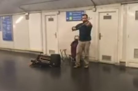 Violinista en el metro de Madrid al son de 'Despacito'