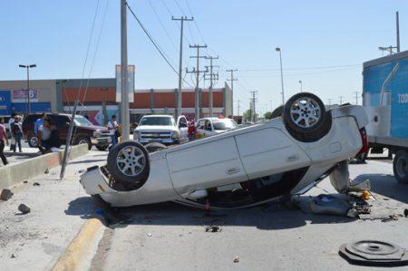 Conductor ebrio vuelca su auto al perder el control