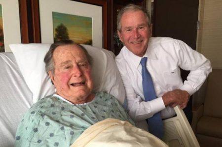George Bush presume foto con su hijo mientras se recupera en hospital