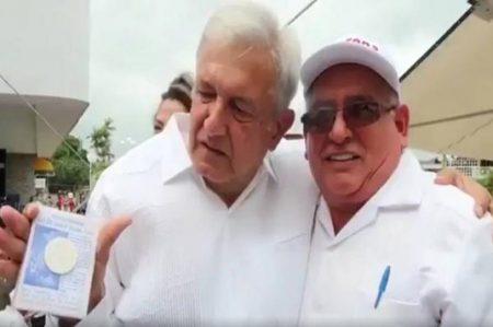 Habitantes de Catemaco regalan amuleto a López Obrador