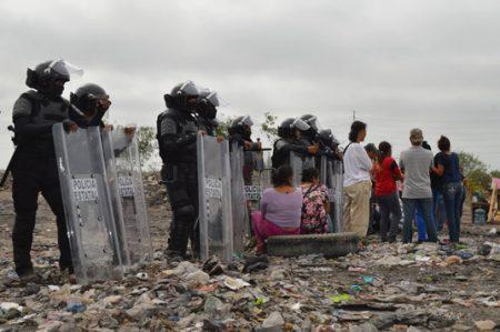 Granaderos desalojan a invasores de Reynosa