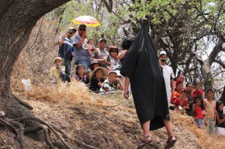 Judas en Michoacán muere ahorcado de verdad