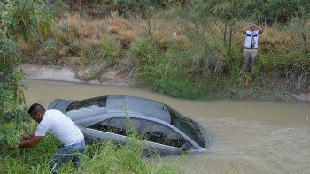 Otra vez cae auto al dren en la Ribereña