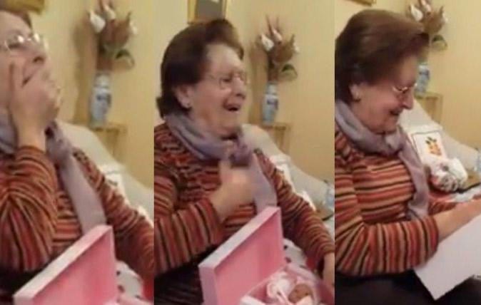 Una abuela recibió de regalo una muñeca y tuvo una emotiva reacción