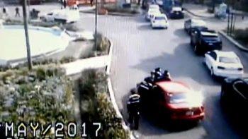 Mujer ignora 'Hoy No Circula' y atropella a policías (VIDEO)