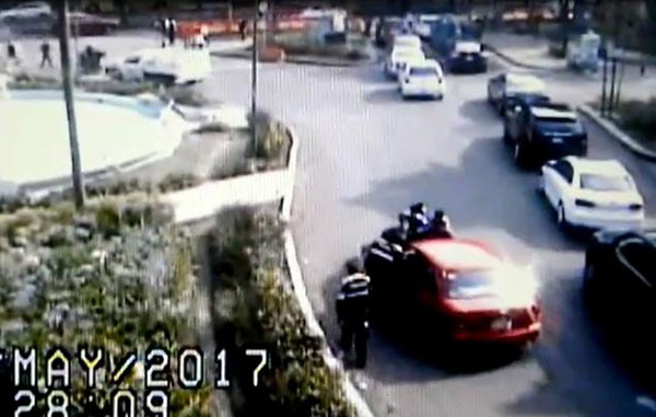 Mujer atropella a policías e ignora el Hoy No Circula