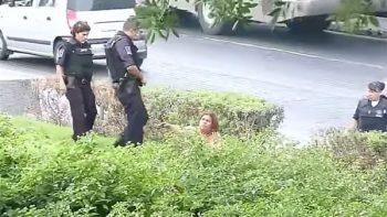 Señora desnuda amenazaba con cuchillo a personas en el centro de Monterrey (VIDEO)