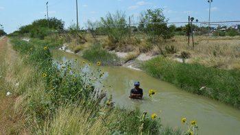 Toma baño en canal de Reynosa por el calor