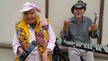 Adultos mayores de Tijuana se convierten en artistas callejeros para sobrevivir