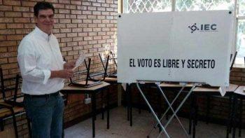 José Ángel Pérez candidato del PT emite su voto en Coahuila
