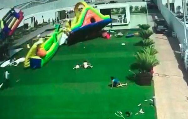 Ráfaga de viento 'arrastra' niños e inflables en SLP