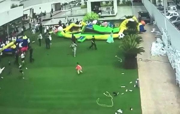 Ventarrón saca volando inflable con todo y niños