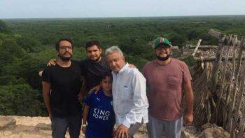 AMLO pasa vacaciones en familia visitando ruinas mayas