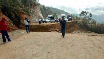Derrumbe de cerro incomunica la carretera Tlapa-Marquelia