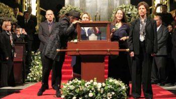 Hijas de José Luis Cuevas montan guardia en homenaje al pintor