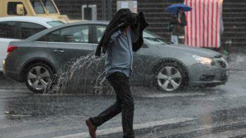 Lluvia y granizo atrapan otra vez a los capitalinos