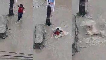 Chica cae a una alcantarilla y 20 metros del lugar de la caída reaparece