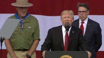 Trump convierte reunión con Boy Scouts en mitin político