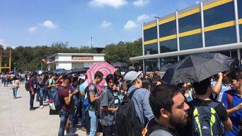 Universitarios disfrutan del eclipse solar
