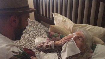 La dulce serenata de un nieto a su abuela de 98 años