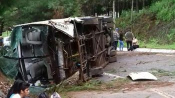Vuelca autobús de pasajeros en Pátzcuaro; hay 9 heridos