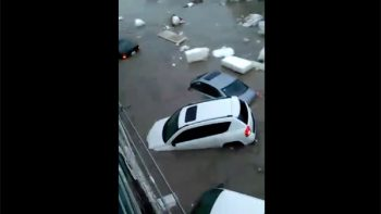 Decenas de carros son arrastrados al desbordarse arroyo 'El Obispo' (VIDEO)