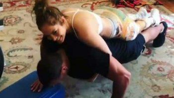 'JLo' se encima sobre Alex Rodríguez mientras él hace 'lagartijas'