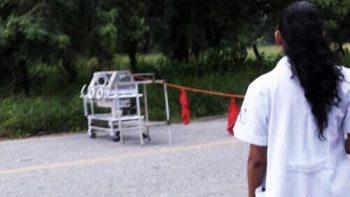 Con incubadora para bebé bloquean carretera en Oaxaca