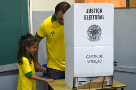 Inicia cierre de colegios electorales en Brasil
