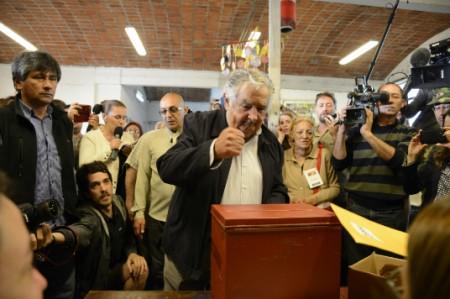 Acude a votar presidente José Mujica para elegir a su sucesor