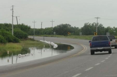 Alerta: Sigue subiendo el nivel del agua en las carreteras de Matamoros