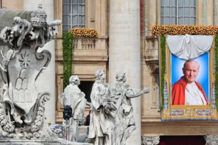 Como hace seis años en sus funerales, el beato Juan Pablo II reunió multitudes