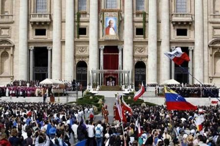 Declaran beato a Juan Pablo II ante miles de fieles en Plaza de San Pedro