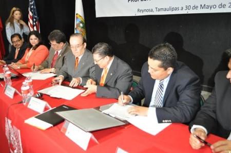 Firma convenio en pro de migrantes