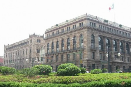 Pese a inestabilidad financiera, México sigue creciendo: Banxico