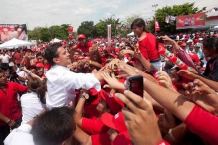 Petroleros brindan 'ola roja' de apoyo a Peña Nieto en Coatzacoalcos