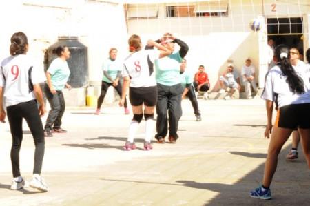 Reos juegan voleibol y futbol en Tula