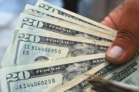 Cierra dólar en 14.7 pesos