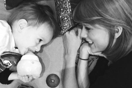 Taylor Swift muestra su lado maternal