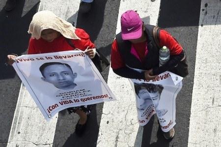 Padres de los 43 de Ayotzinapa acusan estancamiento en investigación