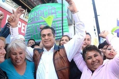 Entrega 'El Bronco' 365 mil firmas para candidatura independiente