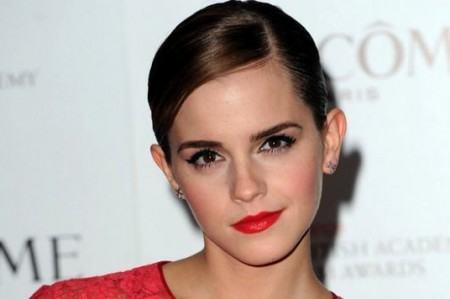 Emma Watson posa de manera elegante sin sostén