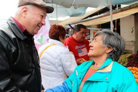 Recorre 'Chema' Elizondo calles del centro de Monterrey