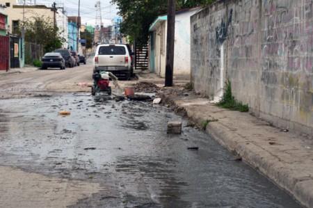 Brotan aguas negras en calles del centro de Reynosa