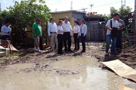 Recorre gobernador zonas devastadas por lluvias