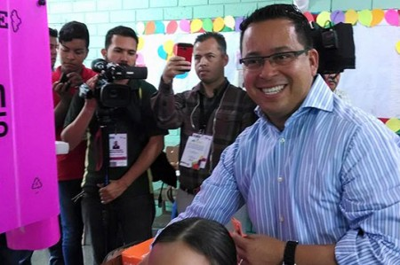 Héctor Castillo acude a votar con su familia