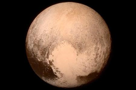 Hallan llano congelado en forma de 'corazón' en Plutón