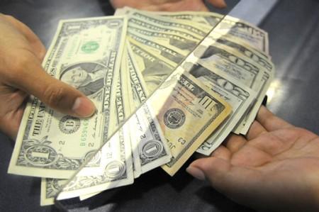 Dólar da ligero respiro y se vende en 17.08 pesos